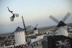 Torres sigue la ruta de Don Quijote y los molinos